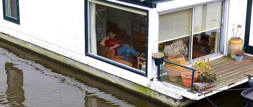 Dormire su una houseboat le case galleggianti di amsterdam for Dove dormire amsterdam centro