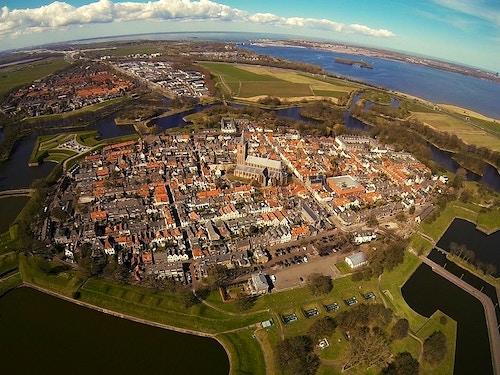 Tour a Naarden@cta-style(1)@cta-title(Tour di gruppo a Naarden con transfer da Amsterdam)@cta-link(https://www.getyourguide.it/amsterdam-l36/amsterdam-tour-castello-muiderslot-e-fortezza-naarden-t44283/?partner_id=H0IOJ67&cmp=VA_cover_naarden)@cta-button(mostra disponibilità)@cta-price(71 EUR)