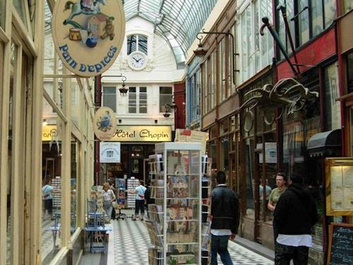 Passages@cta-style(1)@cta-title(Prenota ora il Tour guidato alla scoperta dei passaggi segreti di Parigi)@cta-link(https://www.getyourguide.it/parigi-l16/scoprire-il-segreto-passaggi-a-parigi-t41675/?partner_id=H0IOJ67&cmp=VP_cover_passages)@cta-button(Prenota ora)@cta-price(95 EUR)