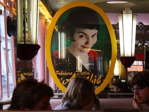 Café des 2 Moulins@cta-style(1)@cta-title(Visita le location dei celebri film girati a Parigi con un tour guidato)@cta-link(https://www.getyourguide.it/parigi-l16/la-parigi-dei-film-tour-a-piedi-e-vino-incluso-t41665/?partner_id=H0IOJ67&cmp=VP_cover_cafe2moulins)@cta-button(prenota ora)@cta-price(85 EUR)